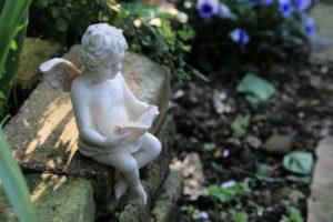 読書中の天使石像