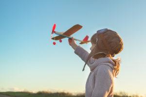 飛行機のおもちゃで遊ぶ少女