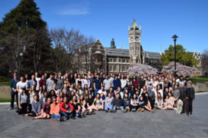 大学の時計台の前で、全寮生の集合写真。