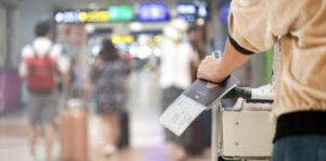 空港でパスポートを持つ男性