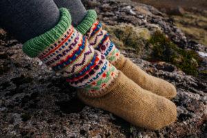暖かそうな靴下を履いている足