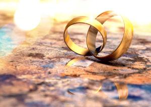 重なり合う金の指輪