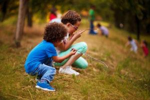 芝生の上で遊ぶ二人の子供