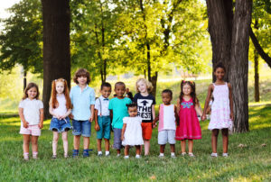 自然の中で横に並んでいる子供たち