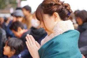 初詣をする着物の女性