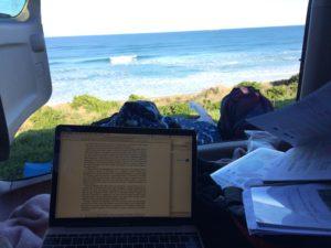 海を眺めながら勉強する風景