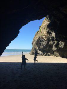 小さな洞窟で踊る二人