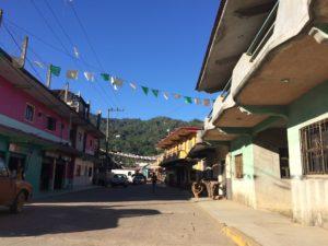 村の中心部を結ぶ道