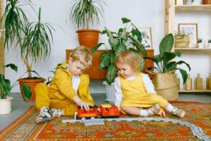 二人の子どもが室内で遊んでいる様子