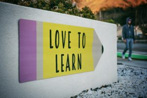 壁に描かれた文字 LOVE TO LEARN