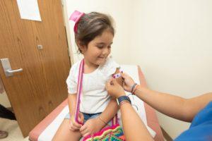 医者から治療を受ける女の子