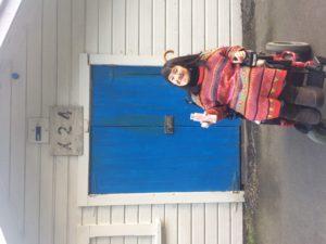 青い扉の前で笑顔の宇宙さん