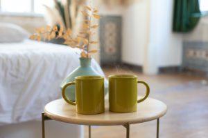 テーブルの上に並ぶマグカップ2つ