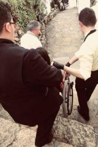 車椅子の補助をしてくれる男性二人